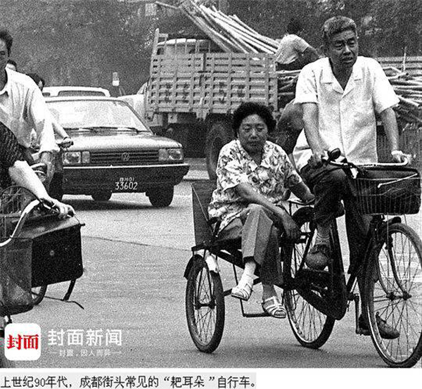 """老爷爷数十年坚持用""""耙耳朵""""自行车载老伴逛街》)"""