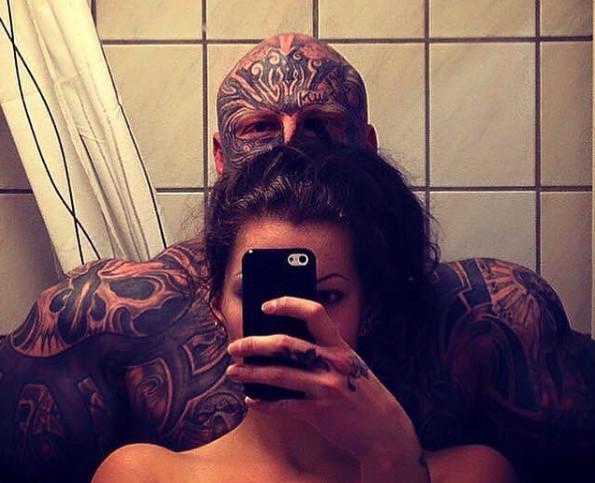 """现实版""""美女与野兽"""",霸道肌肉男用纹身娶到美女老婆"""