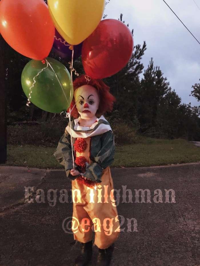 17岁摄影师拍儿童写真异于常人, 让3岁弟弟扮成邪恶小丑狰狞可怕!