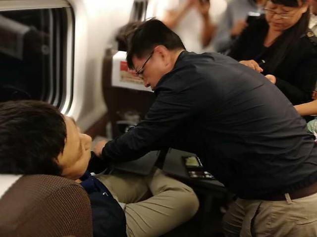 """乘客在高铁上晕厥 医学副校长""""银针救命"""""""
