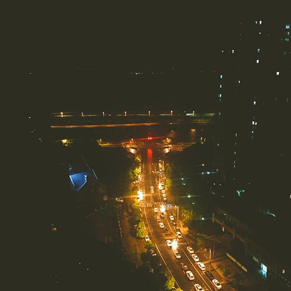 窗户外面的夜景,对面就是钱塘江.