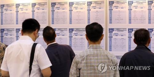 韩国求职者在查看招聘公告。(韩联社资料图片)