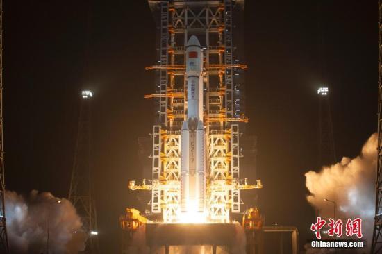 """资料图:中国自主研制的首艘货运飞船""""天舟一号""""于4月20日晚间19时41分在海南文昌航天发射场成功发射升空。赵彦勋摄"""