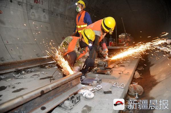 轨道焊接像放礼花 新疆晨报讯(记者 许倩)想起轨道施工您一定不会联系到浪漫、惊艳,但事实上在实施长轨通时,地铁轨道的焊接施工就像是放礼花。9月13日,新疆晨报记者在乌鲁木齐地铁1号线工程轨道安装工程02标段看到了地铁轨道焊接施工的全过程。 从施工现场来看,地铁的道床已经成型,移动焊轨机前两名工作人员正在控制焊接头连接轨排。刚刚焊接好的接头处一片通红,隔着20厘米的距离也能明显感受到热量不断地挥发出来。 短轨通只是轨道初步成型,想达到通行条件还要把轨排无缝焊接起来。现在的轨排焊接都