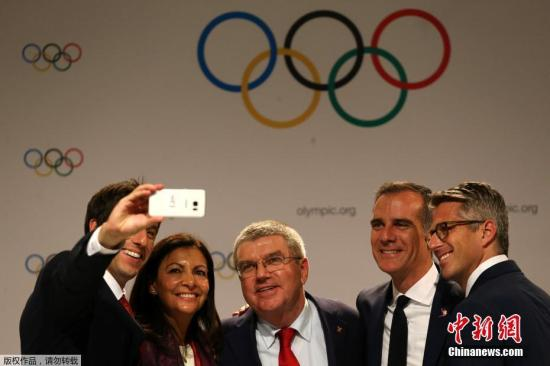 巴黎奥申委联合主席Tony Estangue、巴黎市长Anne Hidalgo、国际奥委会主席巴赫、洛杉矶市长Eric Garcetti及洛杉矶2028奥申委主席Casey Wasserman自拍合影(左起)。