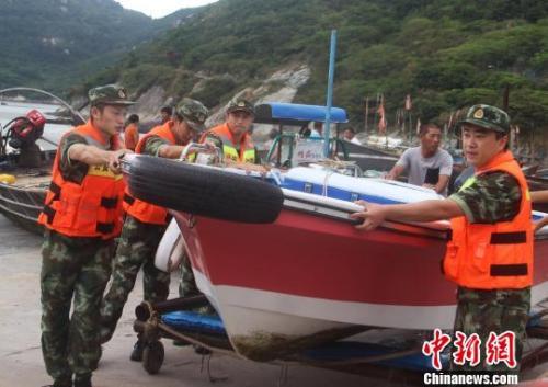 图为温州公安边防官兵帮民众转移船只。王华摄