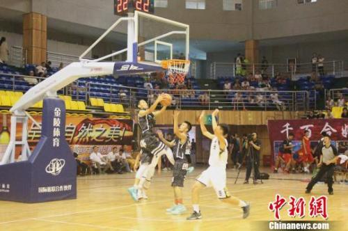 资料图:青少年篮球比赛 王波 摄