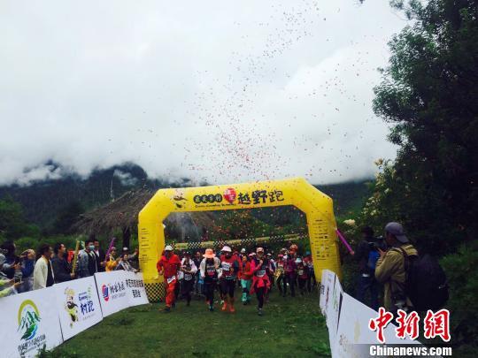 今年8月,内地游客赴西藏参加乡村旅游系列活动。 周文元 摄