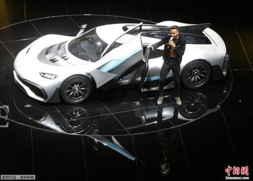 方程式赛车手刘易斯・汉密尔顿(Lewis Hamilton )在梅赛德斯-AMG首款双座超级跑车Project One hyper旁