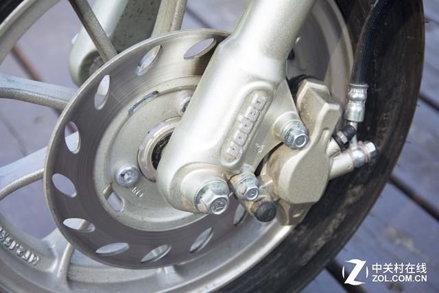 制动系统 雅迪米兰这款电动车采用了前碟刹后鼓刹的制动方式,国内