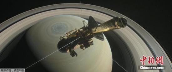 """在星际飞行13年之后,""""卡西尼""""号没有足够的动力改变航行方向,为了避免它坠入可能存在外星生命的土星卫星上,科学家们决定让它在土星大气层中坠落陨灭。图为艺术家绘制的""""卡西尼""""号探索土星的概念图。"""