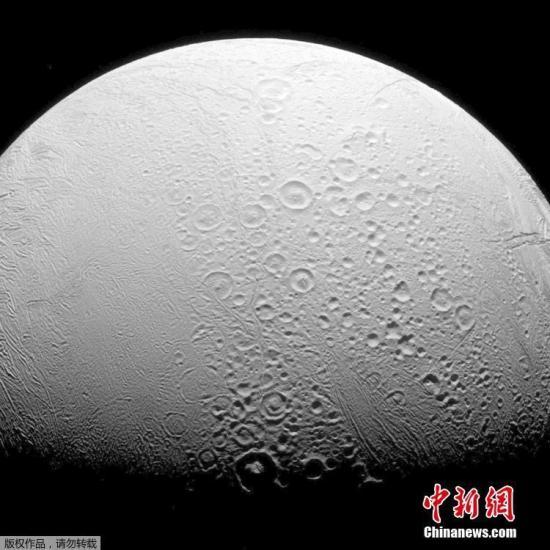图为卡西尼号2016年11月27日近距离飞过土卫二时拍摄的画面。