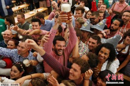"""慕尼黑啤酒节开幕 狂欢者不惧大雨庆祝"""""""