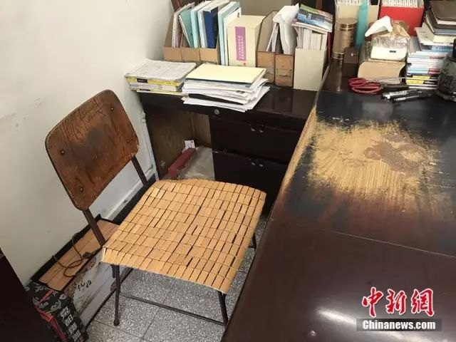 不只高铁坐二等座,网红院士的这张书桌更让人震撼