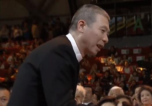 冯小刚获奖 文章和冯小刚握手竟然被拒一旁的李晨哭笑不得