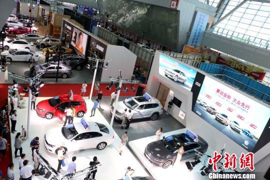 第七届中国东盟(柳州)汽车工业博览会现场。 林馨 摄   柳州作为距离东盟最近的中国新兴汽车城,拥有上汽通用五菱、东风柳汽、一汽柳特、重汽运力、延龙汽车等多家整车生产企业,及零部件生产企业500多家。2016年,柳州汽车产业产值为2437亿元、产量超240万辆,汽车产量占全国比重达8.