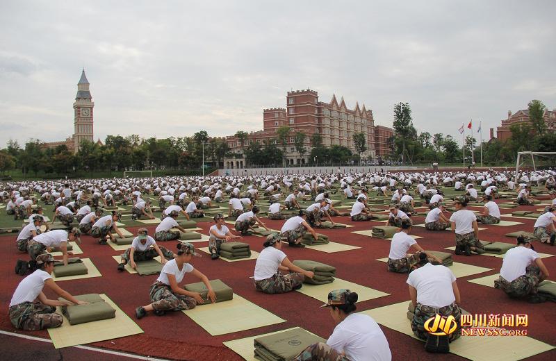 四川一高校军训3000人齐叠豆腐块 场面非常壮观