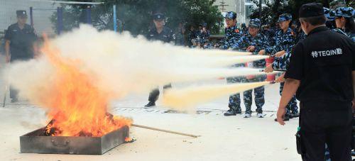 济南大学新生军训加课了 手持灭火器学灭火