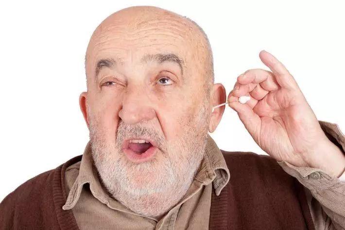 往耳朵里塞东西不光低效,而且危险。虽然棉签很软,但耳道内部的皮肤非常脆弱,很容易被刮伤,塞斯施瓦茨(Seth Schwartz)博士是西雅图弗吉尼亚梅森医学中心的耳鼻喉科医生,也是这份修订版指南的第一作者,他表示,刮伤会带来剧痛,甚至发展成感染。而且你还有可能弄伤鼓膜。 他说,在这种情况下,有时候我们只能通过手术取出鼓膜,用患者的自体组织对它进行修补。