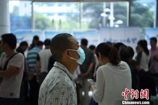 """图为不少患者来到医院参加""""慢粒日""""主题患教活动. 陈超 摄"""