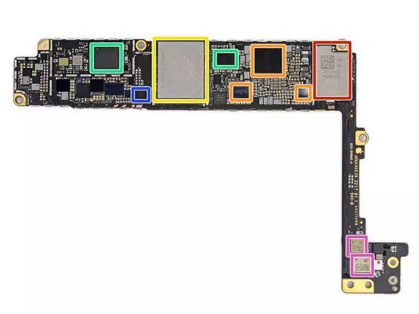 看完了参数,我们再来看看iPhone 8 Plus的外观和包装:    iPhone 8 Plus采用玻璃背壳设计,外观跟2014年发布的iPhone 6 Plus相似,其最大的改变是带来了无线充电功能。不过,采用玻璃设计后,机身背面的各种检验标识和机器型号都不见了,但是包装盒上可以找到这些信息。 拆解之前先用X光看一下内部结构吧:  从X光照射图可以看到,iPhone 8 Plus的无线充电圈非常显眼。下面正式开始拆解! 拆解第1步:   拆解屏幕的时候,iFixit发现螺丝的位置稍有些不同,比以前拧的