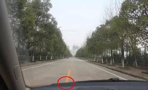 一不小心就剐蹭,如何才能准确判断汽车侧面距离?