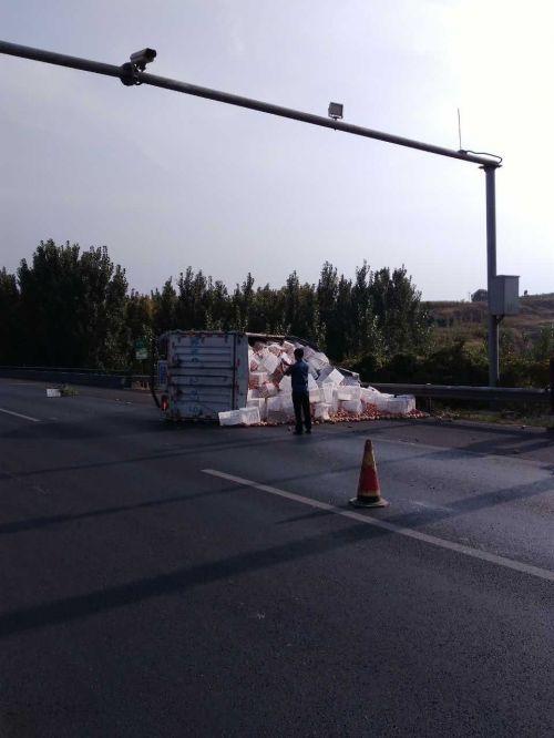 青岛:小货车侧翻苹果散落高速路 车内俩人幸亏系了安全带