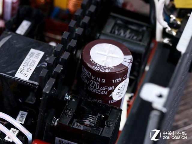 独立电源开关设计 ARMOR系列电源采用全模组线材设计,模组线采用了扁平设计方便玩家背线,独立的模组设计也便于安装线材和收纳不使用的电源线。电源在输入端设置了独立开关,可以在不用时关闭,达到节能的效果。 先马ARMOR550W电源的参数铭牌规范明晰,产品的额定功率为550W,通过了80PLUS金牌认证,+12V单路输出就达到了44A即528W,可以为主流的游戏平台提供充足的供电。