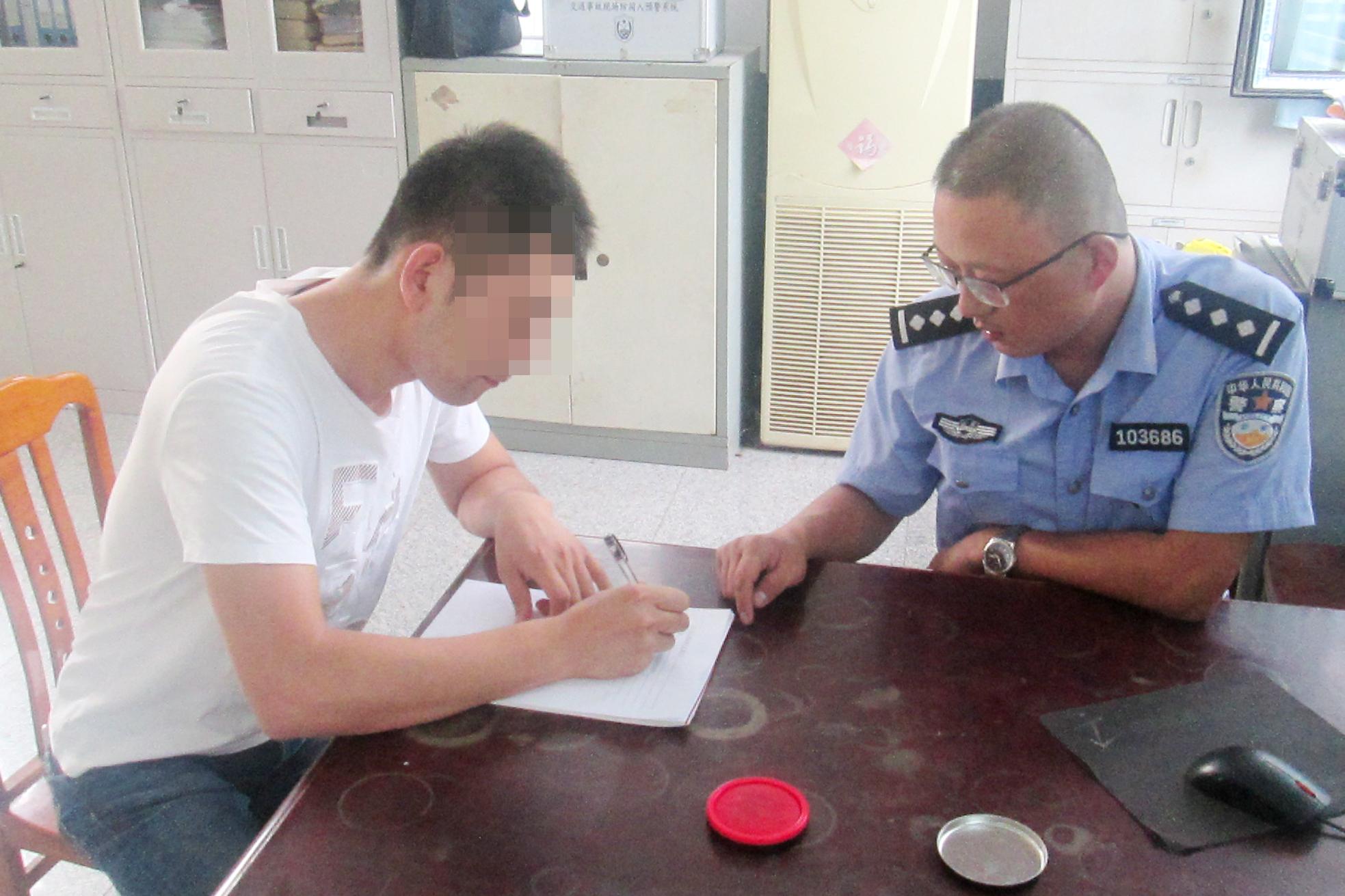 青岛:无牌报废车撞老人后逃逸,车标锁定肇事司机