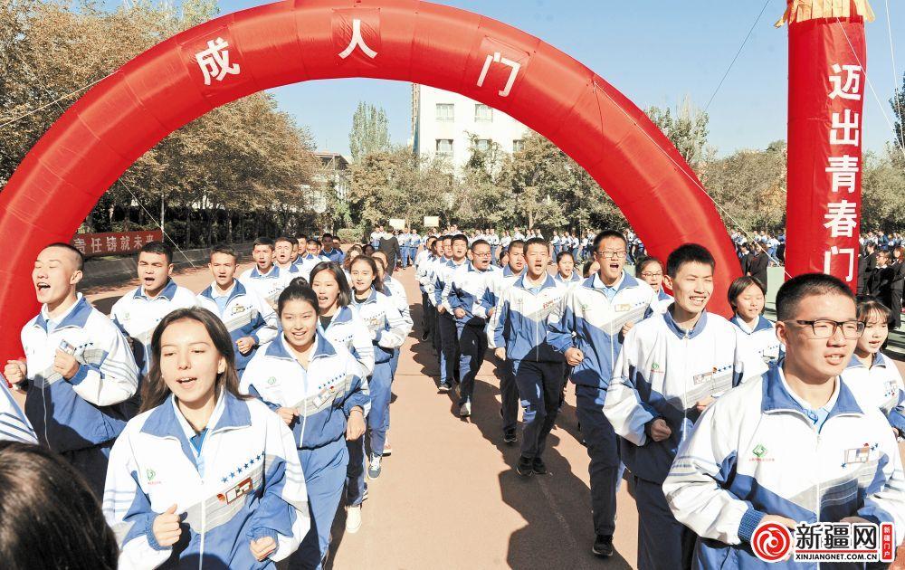 乌鲁木齐千名中学生完成18岁成人礼_凤凰资讯