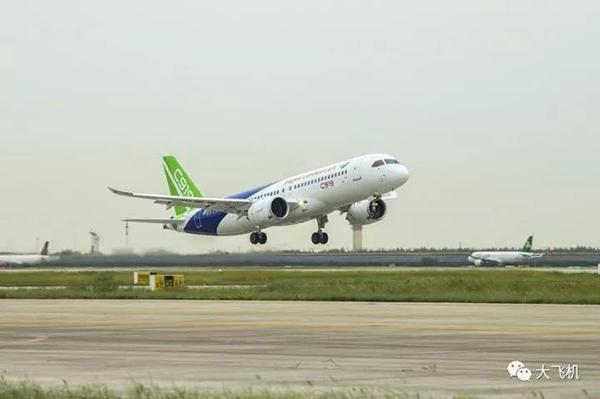 两型号国产飞机c919大型客机,arj21新支线同时试飞