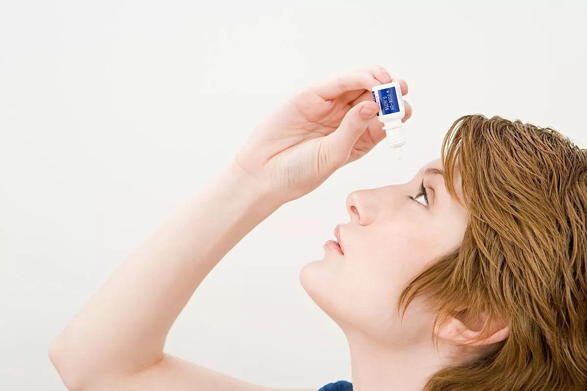 眼药水别随便滴,9成都含防腐剂 一招教你告别用眼疲劳