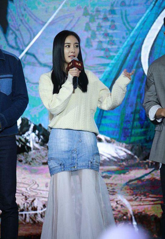 在现场,杨幂身穿米白色针织衫搭配牛仔裙和纱裙,整体仙气儿十足!