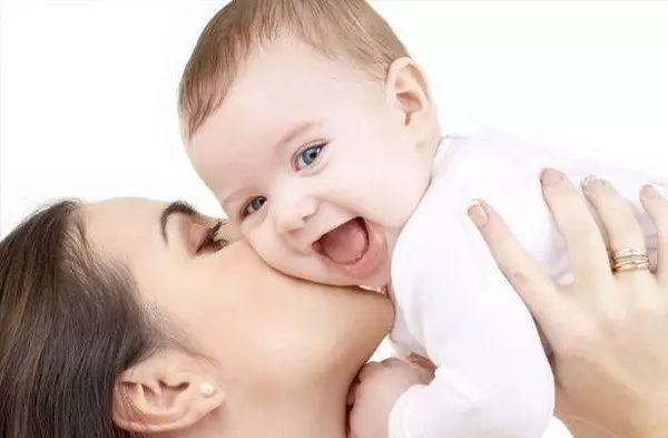 当可爱的宝宝睁开双眼时,一定要把握住这短暂的第一时刻,用温柔的眼神