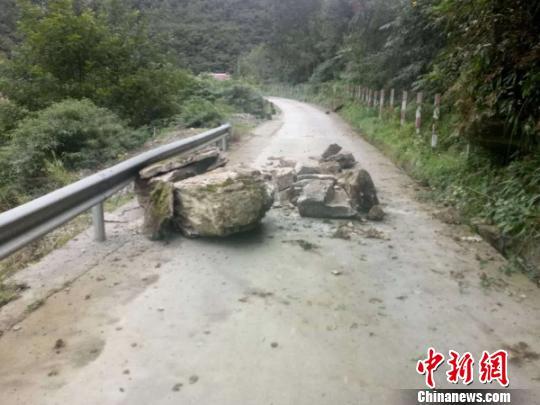 地震致江油雁门到青川路段多地出现落石。警方提供