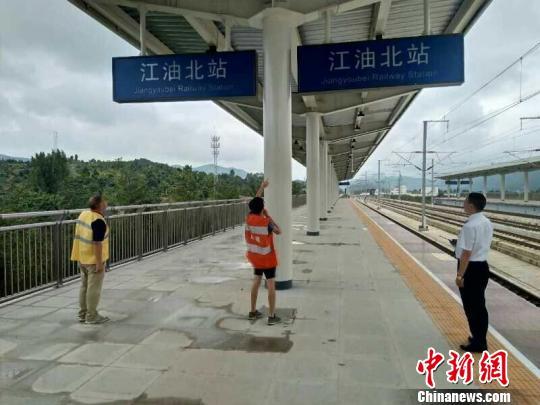 图为组织人员对车站客运悬挂物进行排查。 杨勇 摄