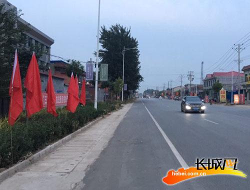 保静公路雄县段县挂的国旗。刘颖梅 摄