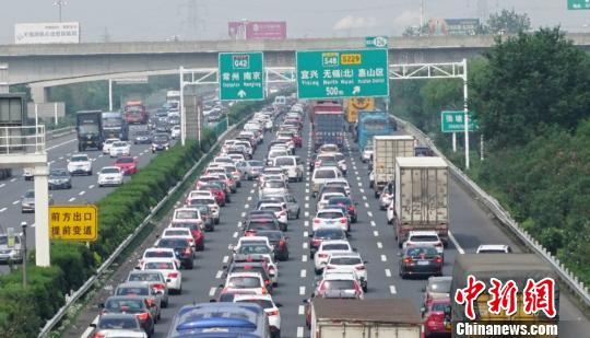国庆首日沪宁高速无锡段,无锡至无锡北之间,车流量猛增。 孙权 摄