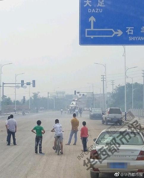 四川老板国庆开直升机回家 停在为家乡捐的路上