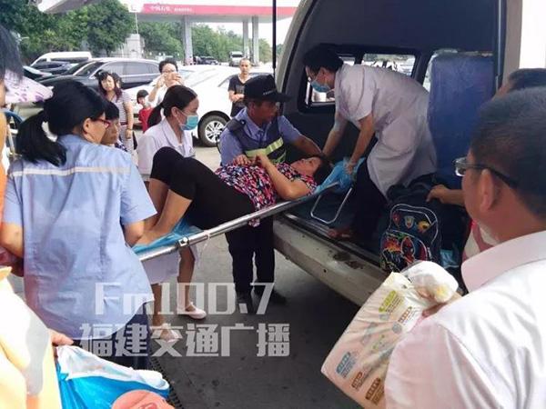 高速停车区女乘客洗手间产子,众人接力施救母子平安