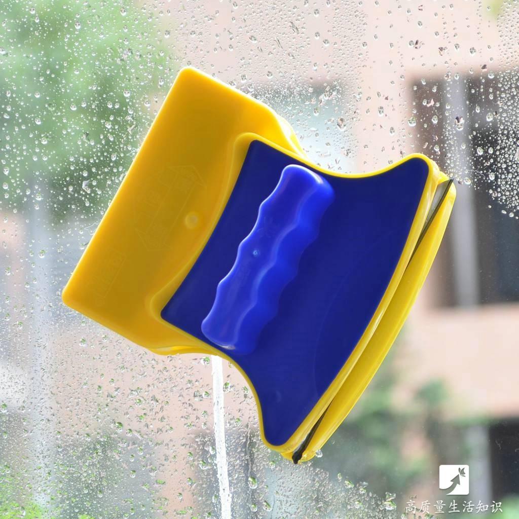 更多精彩内容请关注:高质量生活知识 微信号:gzlshzs 3.双面伸缩擦窗器 用它擦室内或是室外的玻璃都非常方便 可伸缩的手柄可以轻松清洁高处玻璃 配合厚实的纤维布,擦玻璃非常省力 只需要一擦一刮,玻璃立马光亮洁净