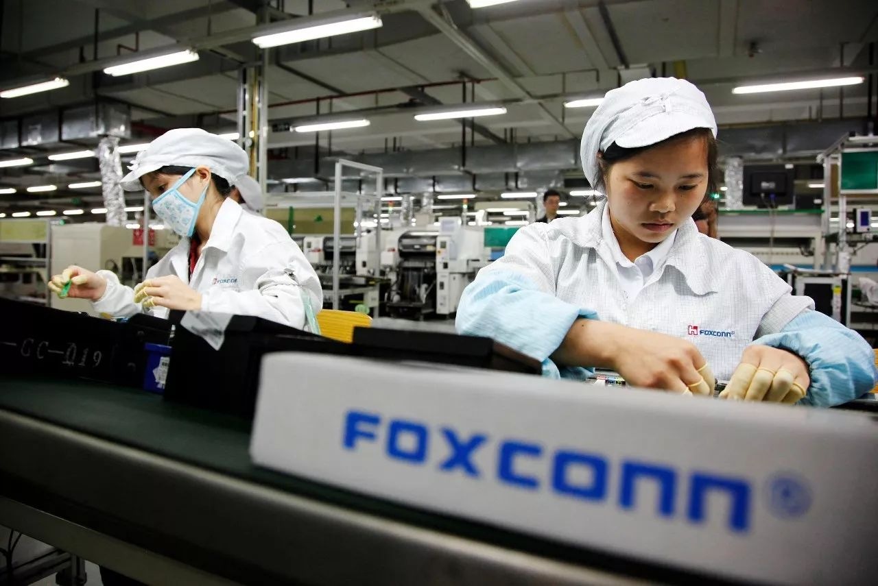 """富士康生产线上的""""打工者"""".@视觉中国图片"""
