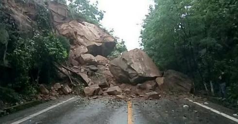 重庆云阳发生山体滑坡 部分道路受阻