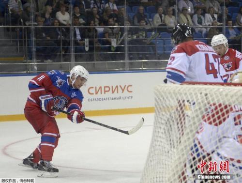 资料图:2015年,普京生日当天在索契冰球中心与著名冰球运动员展开竞技。