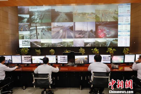 上海市路政局路网监测中心工作人员监控着入沪车流量的变化。 殷立勤 摄