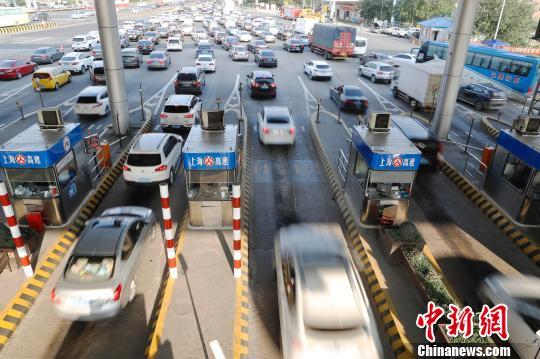7日下午15时,G2京沪高速迎来返程入沪高峰。 殷立勤 摄