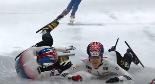 短道速滑演雷人一幕:韩选手阻挡中国 却拉队友摔趴