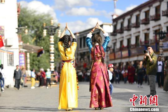 国庆期间,盛装打扮的内地游客在八廓街拍照。 周文元 摄
