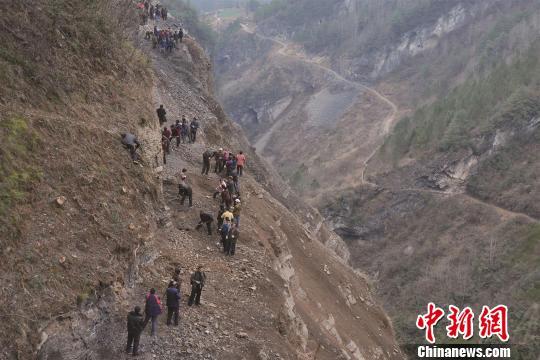 村民凿山修路。资料图片