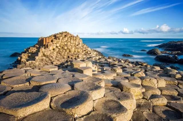 连绵有序,呈阶梯状延伸入海 (摄影师@储卫民) ▼ 除了大不列颠岛与北